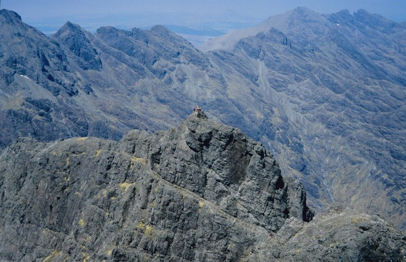 Looking North from the summit of Sgurr Alasdair. The party in the foreground are on the summit of Sgurr Mhic Choinnich., 140 kb