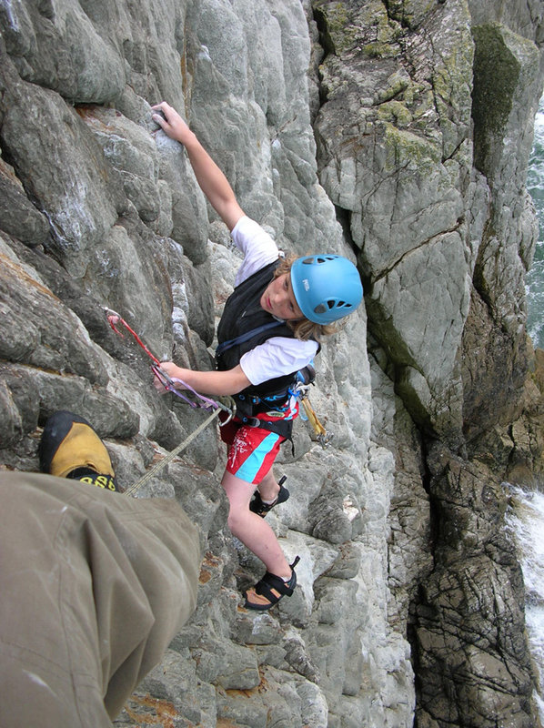 Dez Fineron seconding the first pitch of Rat Race E3 - Gogarth, 165 kb