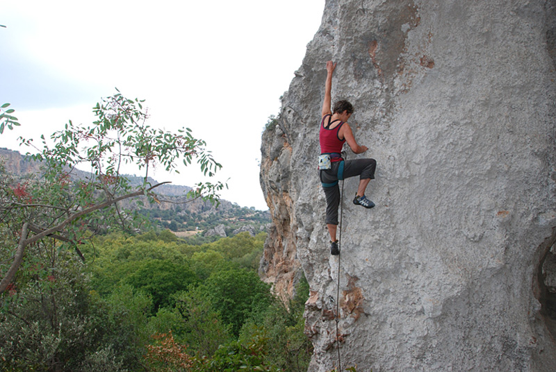 Carol Taylor onsighing a new 6a at Trebenna, 205 kb