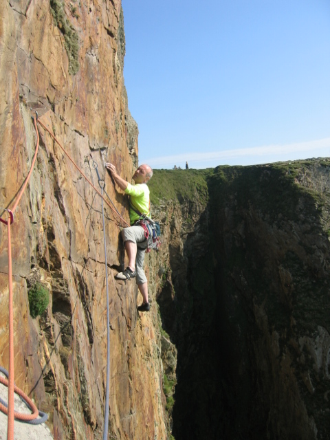 Graham Hoey on the girdle of Red Walls Gogarth (E4/5), 152 kb