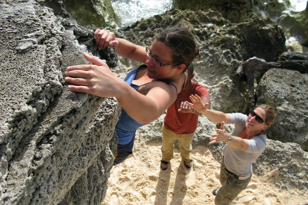 Bouldering on de beach, Bermuda, 217 kb