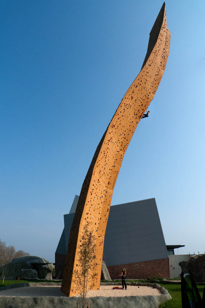 The amazing curved pillar of Excalibur at the Bjoeks wall in Groningen, the Netherlands., 79 kb