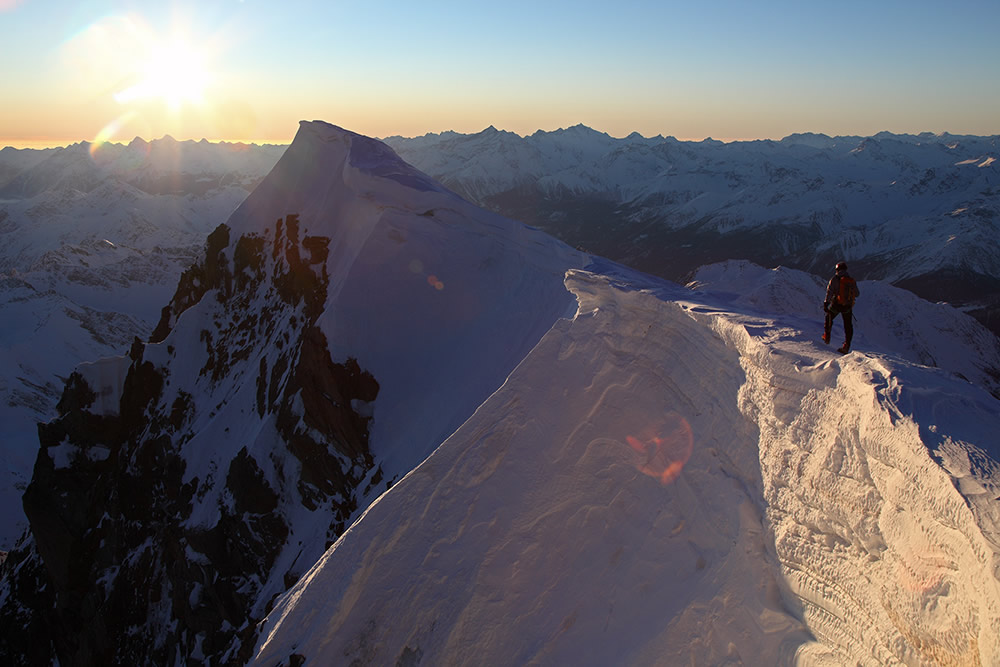 Summit of the Grandes Jorasses at sunrise, 147 kb