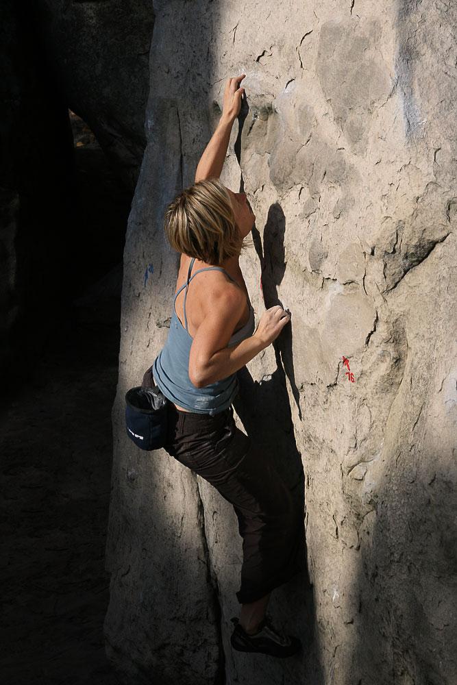 Suzie Wilson bouldering in Fontainebleau, 138 kb