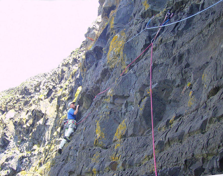 Pat Littlejohn leading pitch three of No Country for Old Men (XS), Lleyn Peninsula, 204 kb