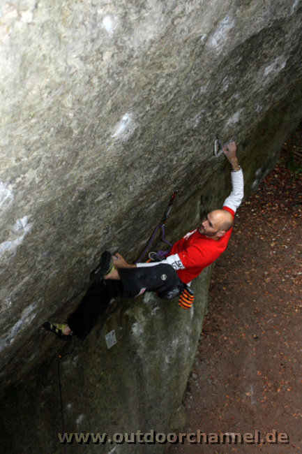 Markus Bock climbing his new F9a+, The Man that follows Hell, 76 kb