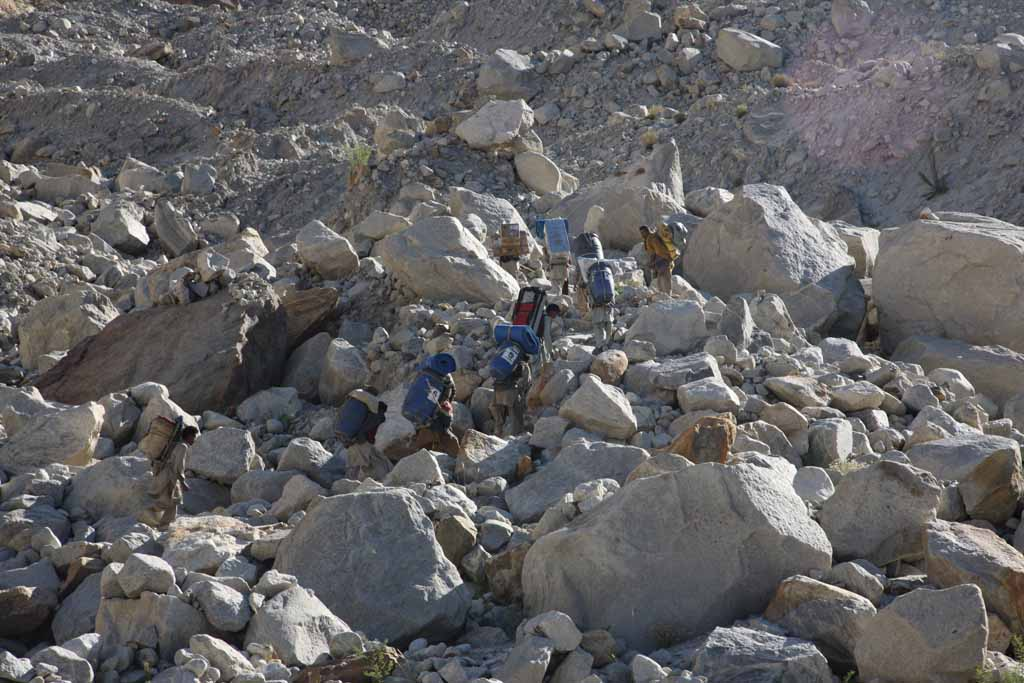 With the help of the Balti-porters we made the 4 day long hike along the Baltoro and the Trango-Glacier, 106 kb