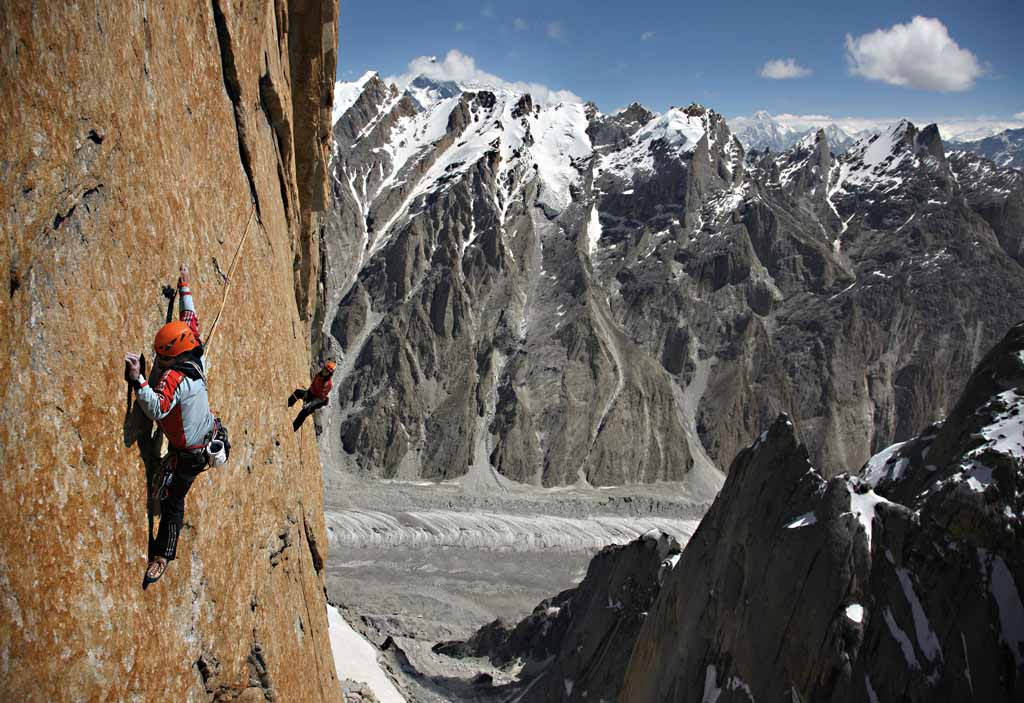 """""""Light my Fire"""". Alexander in the middle of the traverse, with which the pendulum of the second pitch could get bypassed (, 121 kb"""