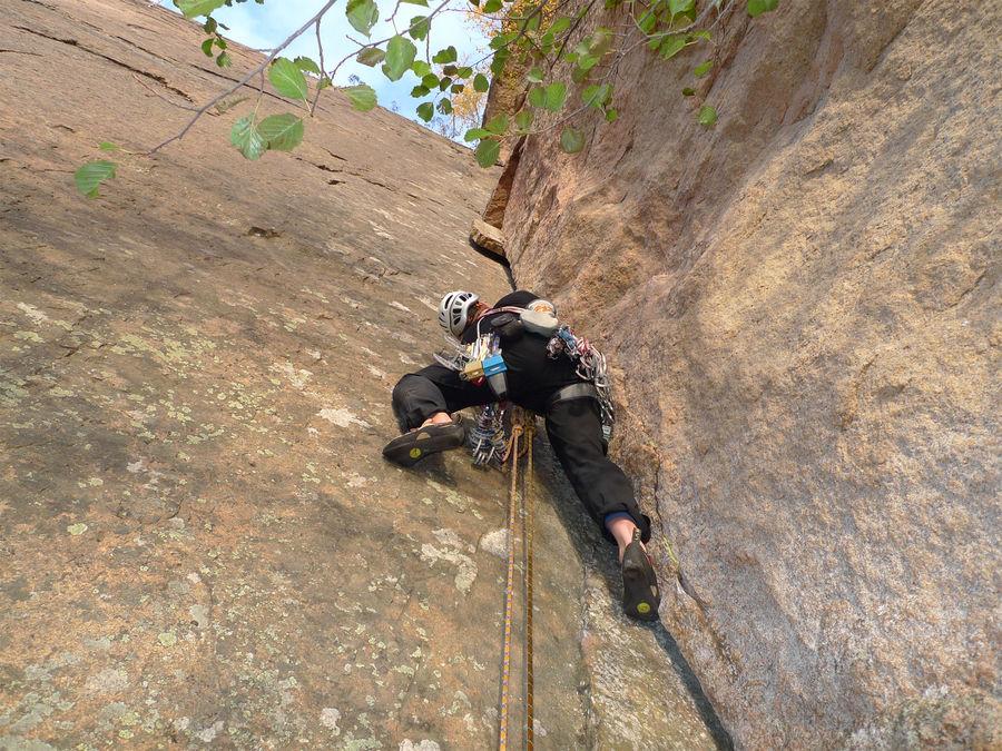 Toby Archer climbing Suuri Leikkaus, E2 5b, Olhava, Finland. © Dave Smith, 198 kb