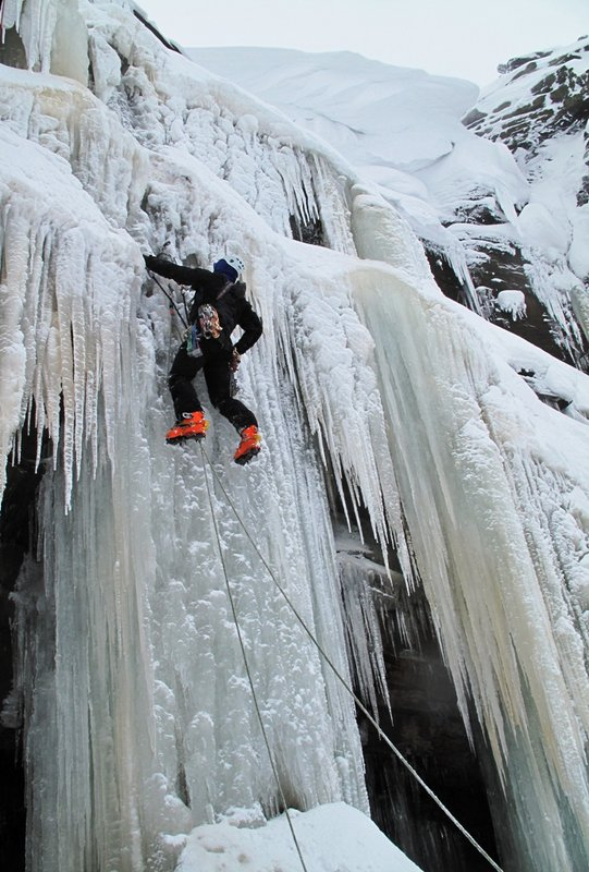 Kinder Downfall Direct. Putting in the first screw., 102 kb