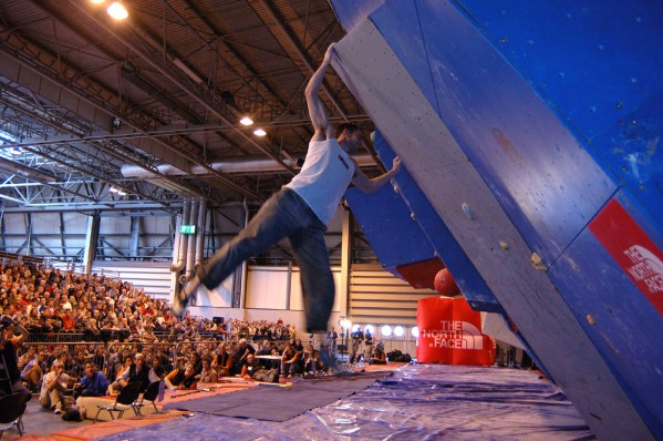 Crowd watching the bouldering comp at the NEC, April '04, 81 kb