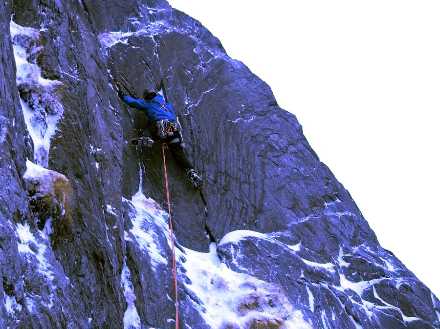 Jon Ratcliffe making the first ascent of Tabasco Fiasco (VII, 7) Glyder Fach, in his Arete Gloves, 201 kb