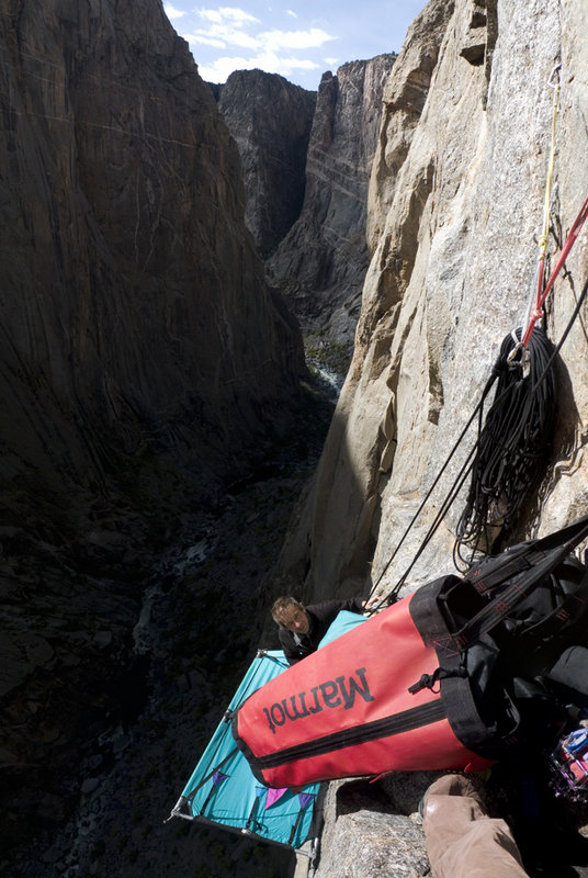 Ian Wilson setting up the  portaledge on the Hallucinogen Wall, Black Canyon, 114 kb