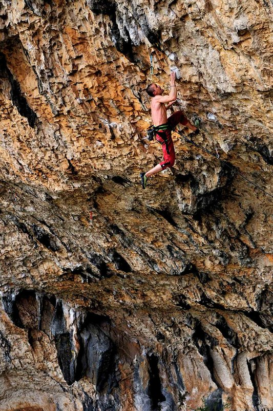 Steve McClure cranking out an on-sight of Espirit rebeld (F8b) on the back wall of Ventanas del Mascun, 177 kb
