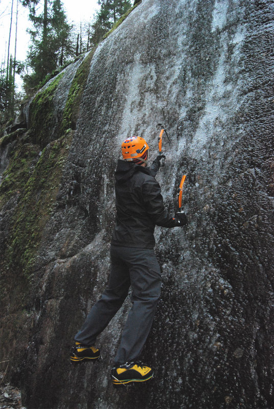 Toby ice bouldering in the Recon Softshell Pants, 154 kb