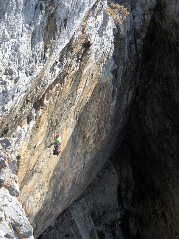 Gaz Parry placing the gear on abseil on The Big Issue - Pembroke, 171 kb