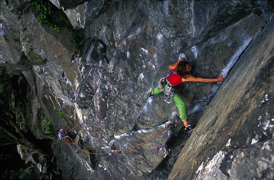 Libby making use of double rope technique on the weaving line of Vector E2 5c, Tremadog, 200 kb