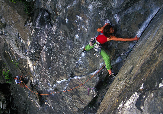 Libby making use of double rope technique on the weaving line of Vector E2 5c, Tremadog, 101 kb