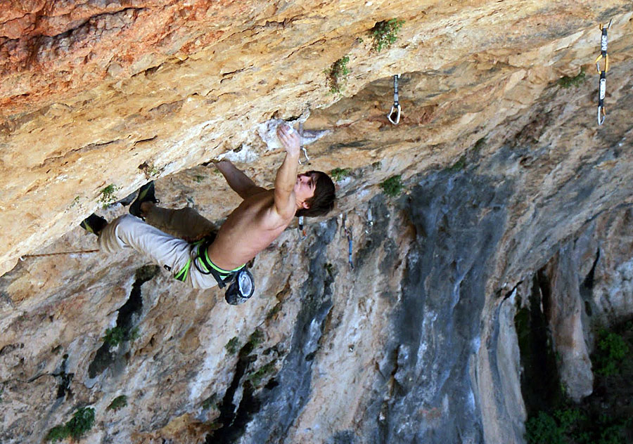Jonny Stocking holds the crux pinch  Rollito Sharma F8b+, 211 kb