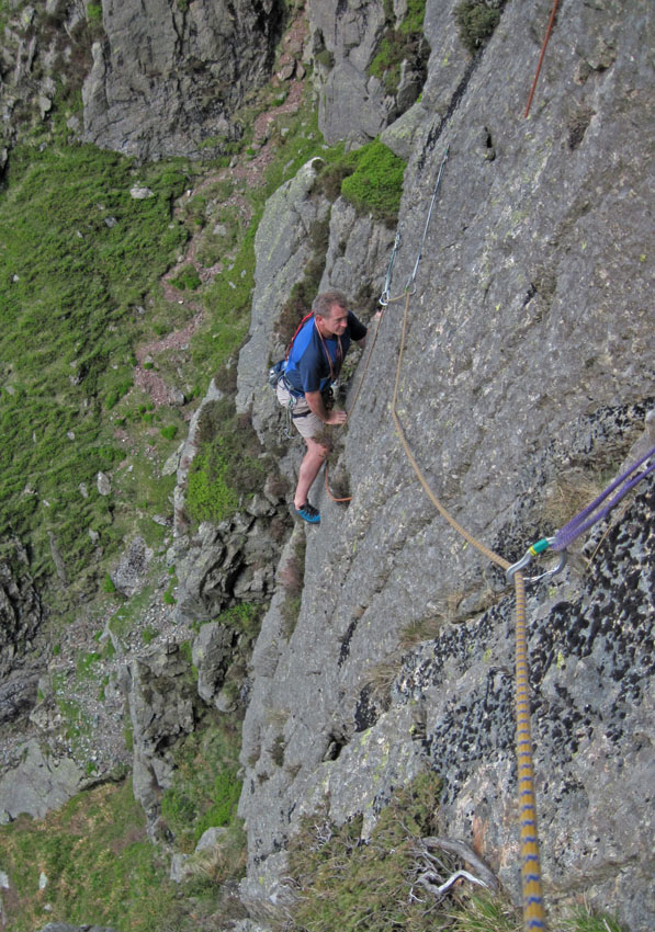 Approaching the dubious flake on second part of pitch 1, Carpetbagger., 195 kb