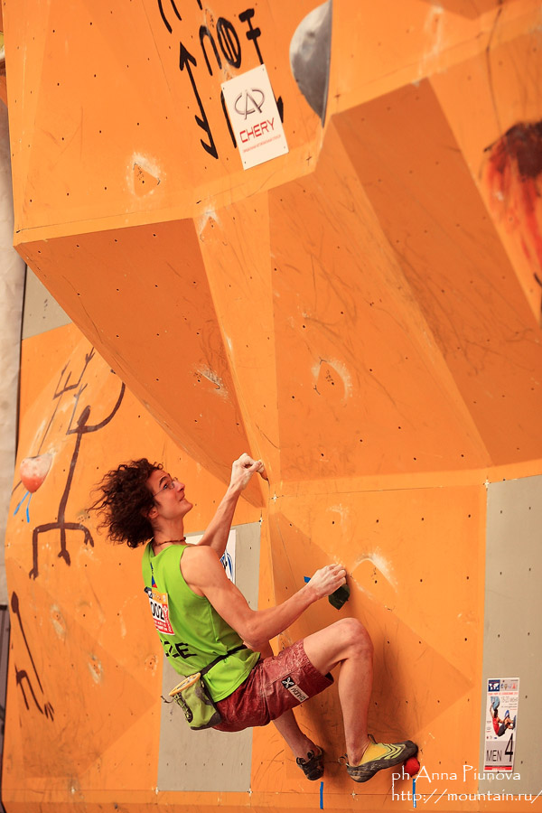 Adam Ondra about to jump to victory, 125 kb