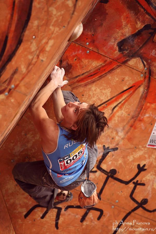 Yulia Abramchuk climbing well, 160 kb