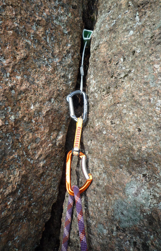 Lime quickdraw being used for trad climbing, 181 kb