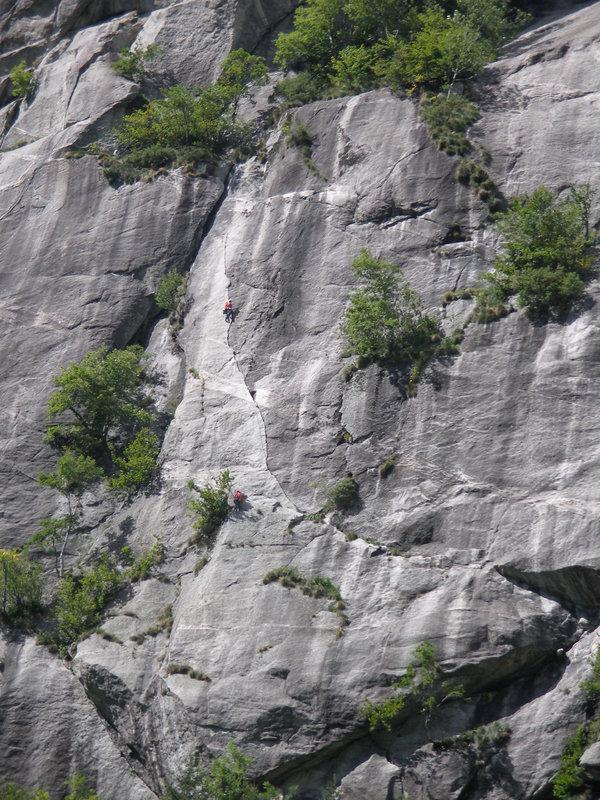 Il Rivilo della Kundalini (sp?), climbers on S-crack pitch, 152 kb