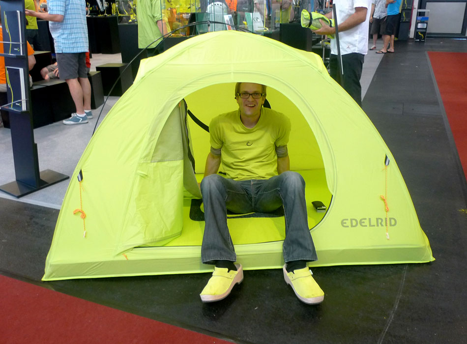 Sebastian StrauB sits it out in the new Edelrid Crux tent. That's right the base of the tent is a bouldering pad., 118 kb
