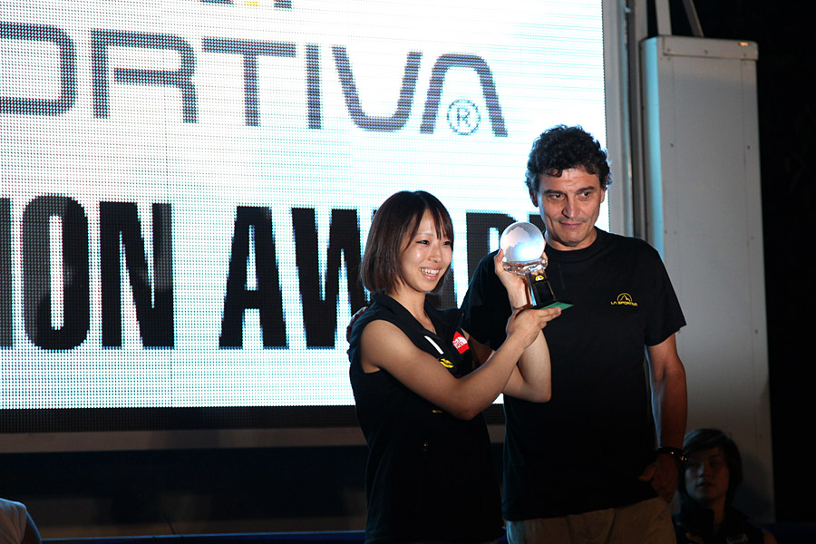 Akiyo Noguchi takes the La Sportiva award at Arco in 2010, 205 kb