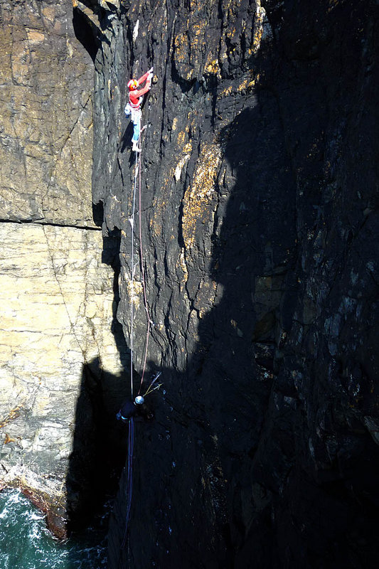 Jack Geldard leading the crux second pitch of Mastodon (E3), Gurnard's Head., 136 kb