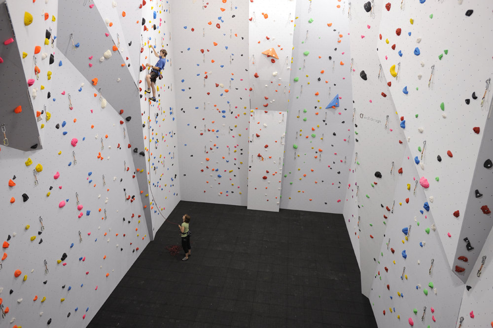 Huge lead walls at the Big Rock Climbing Centre, 116 kb