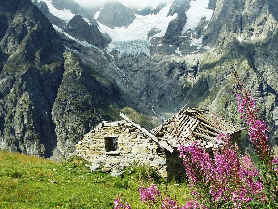 Abandoned alp hut above Refugio Bonatti, 187 kb