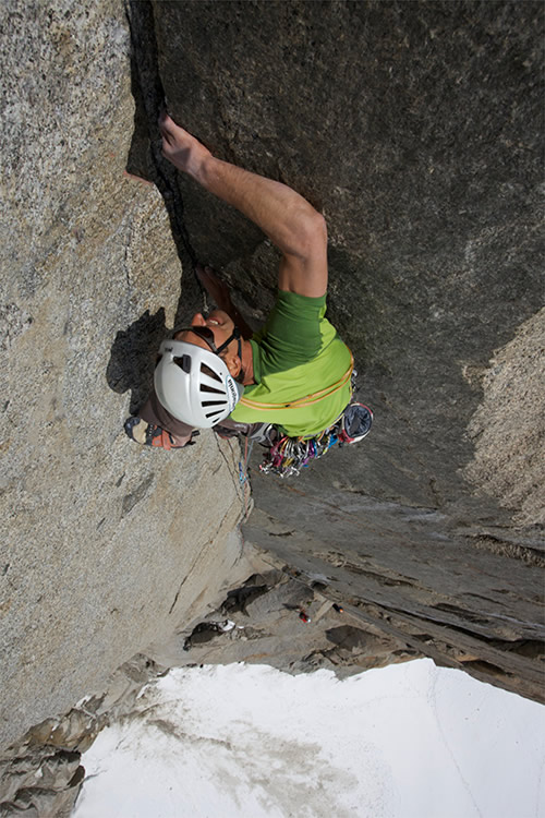 Jon Bracey on the 6c finger crack of Dam de Lac. Aiguille du Midi, 137 kb
