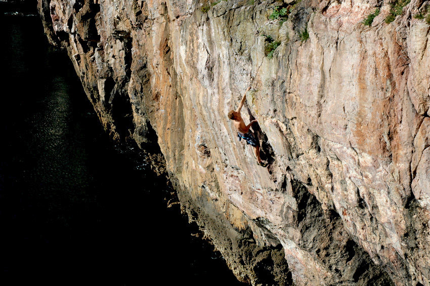 Muz Dale descends Look Before You Leap (F6b) © TOM RAINBOW, 222 kb