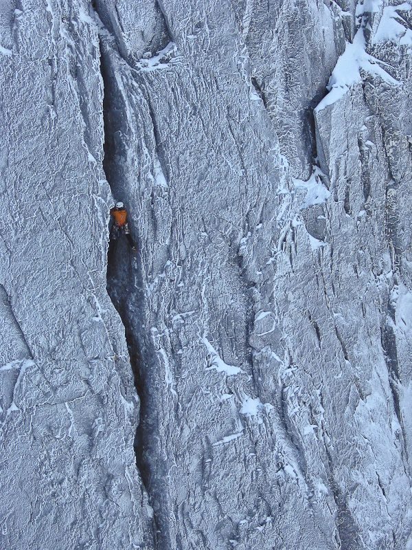Kev Avery leading the crux pitch of Darth Vader, Ben Nevis, 235 kb