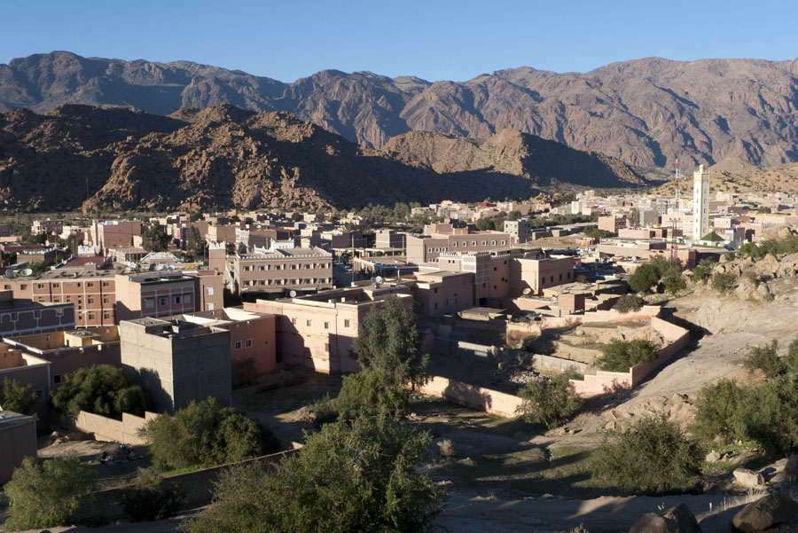 The town is nestled between granite domes and sits below the Anti Atlas range of mountains and their quartzite adventure routes, 183 kb