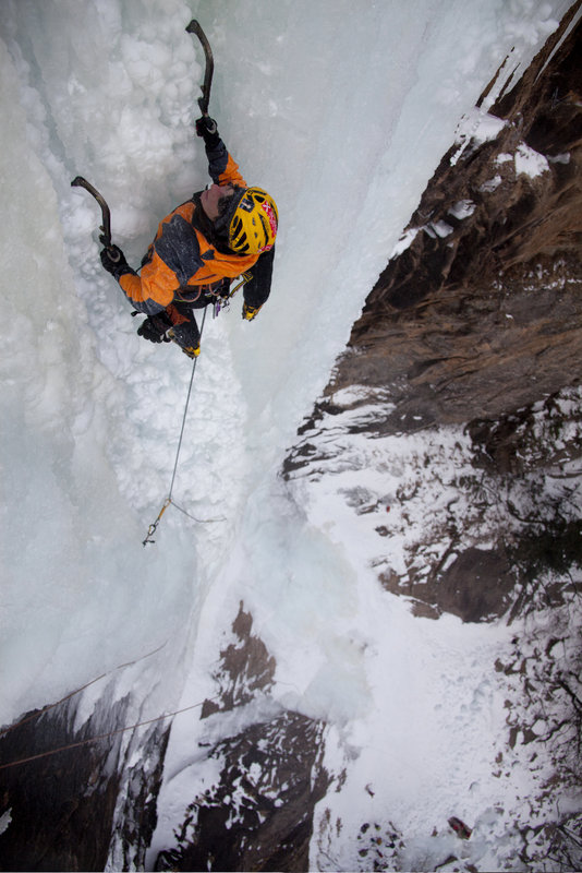 Anna Torretta leading Seosong Ice Fall WI6, 98 kb