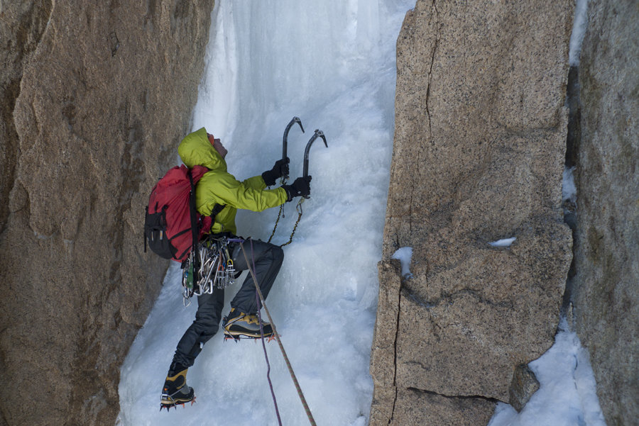 In the depths of the Exocet chimney, Cerro Standhart. Patagonia, 161 kb