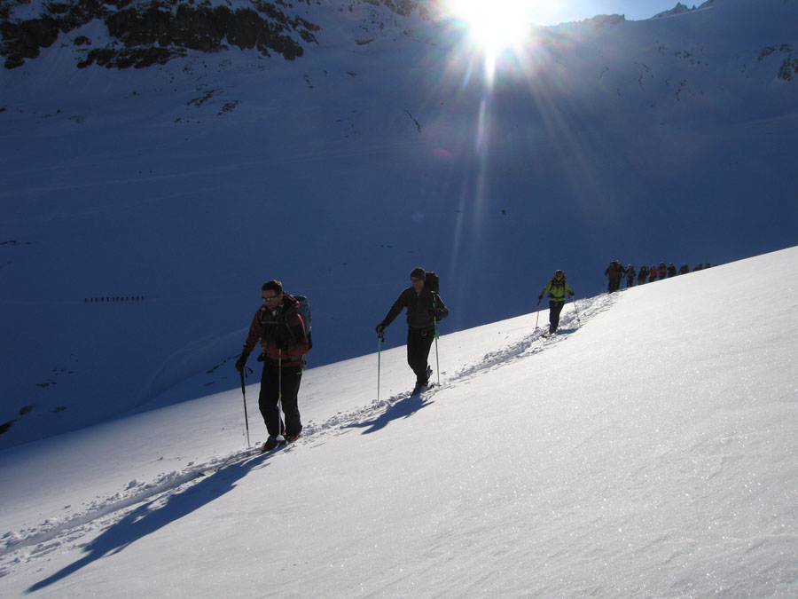 BMG Guide Bruce Goodlad setting off from the Wiesbadner Hut in a cracking morning, 91 kb