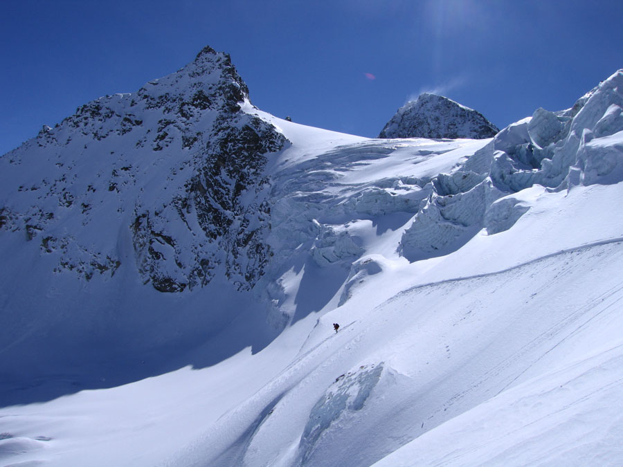 Lise Tonelli attacks a steeper variant with the summit of Piz Buin behind., 114 kb