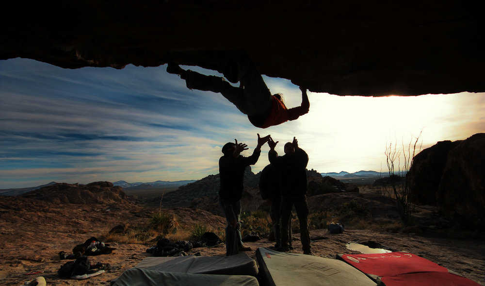 "classic hueco, attentive spotting on the acrobatic ""fern roof"" v8/9, 118 kb"