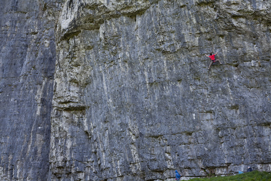 Chris Savage attempting True North at Kilnsey (F8c), 221 kb