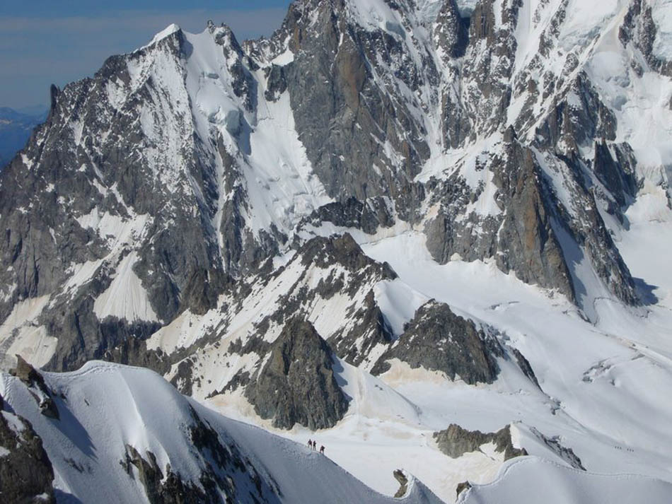Climbers on the arete. behind can be seen the Aiguille Blanche de Peuterey, 150 kb
