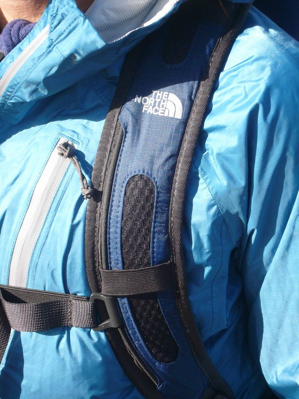 TNF Angstrom 30 - shoulder strap detail, 135 kb