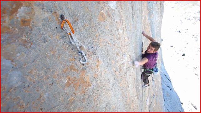 Adam Pustelnik on the crux pitch of Orbayu, 52 kb