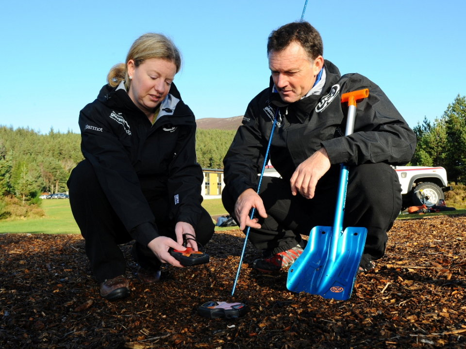 Ian Sherrington coaches Shona Robison in the use of transceivers and probes, 164 kb
