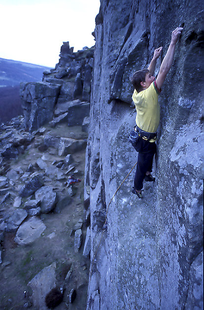 Toby Benham on The Grey Area (E8) Curbar, 134 kb