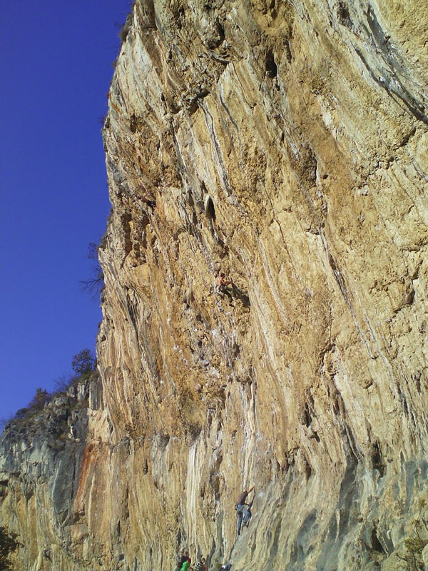 Misja Pec in the full sun - climbers in the centre, 207 kb