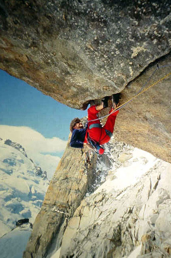 Kevin Thaw leading the classic roof crack of Ma Dalton, South Face Aiguille du Midi, Mont Blanc, 151 kb